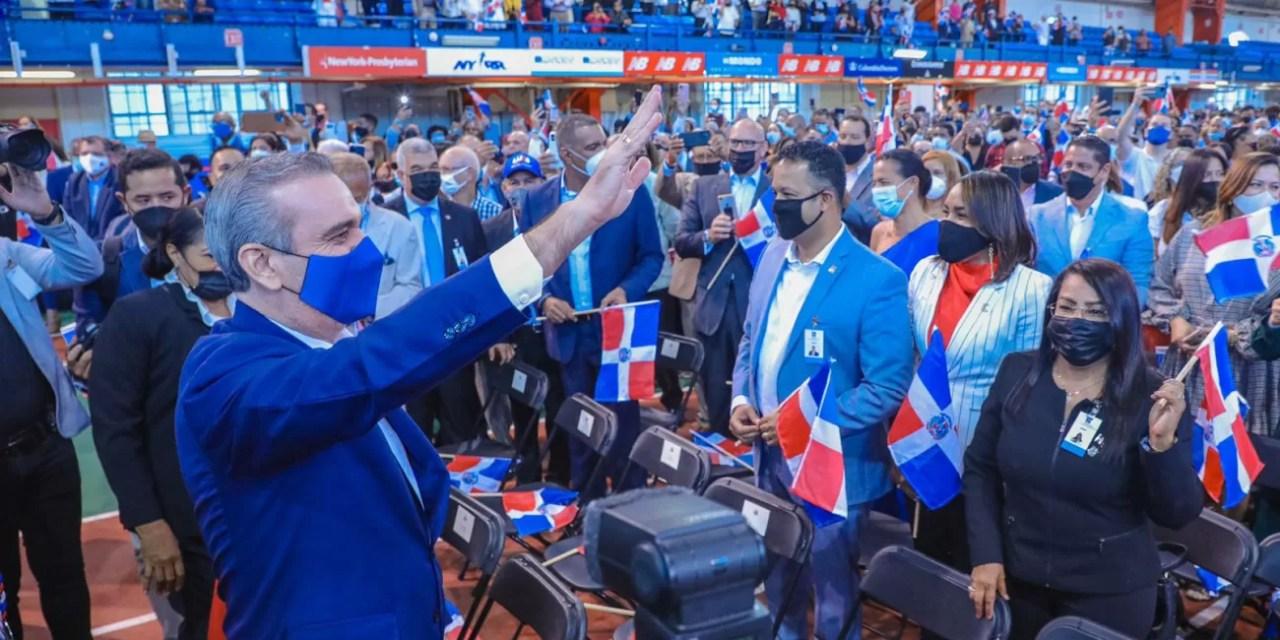 Abinader juramenta 1,200 jóvenes de origen dominicano nacidos en el exterior