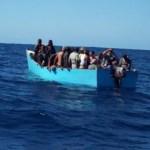 Rescatan a 23 migrantes tras naufragar una yola en RD
