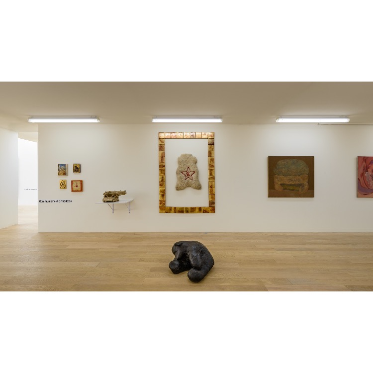 """Vue de l'exposition """"Nomos - Christian Paraschiv"""" avec de gauche à droite : «Pionnier», 1988, «Communisme», 1995, «Communisme», 2009, «Communisme et orthodoxie, 1988, «La machine à écrire Flaubert», 1987, «Exil et Communisme», 2011, «Relique», 1979, «Le Corps/Flaubert est la lettre», 1988. Photographie : © Grégory Copitet - Enseigne des Oudin"""