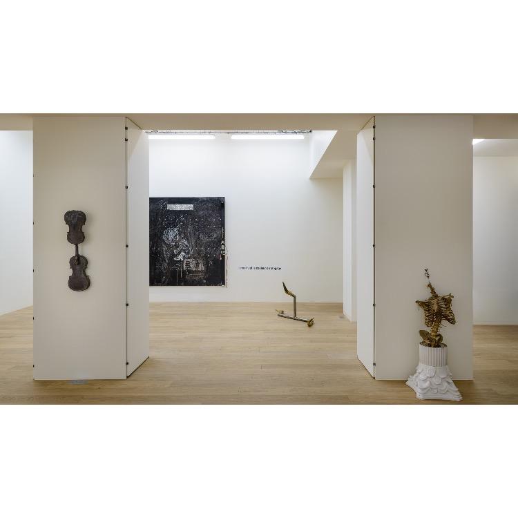 """Vue de l'exposition """"Nomos - Christian Paraschiv"""" avec de gauche à droite : «Le noir est la couleur de langage»,1994, «Le manque d'originalité de la mort», 2011. Photographie : © Grégory Copitet - Enseigne des Oudin"""