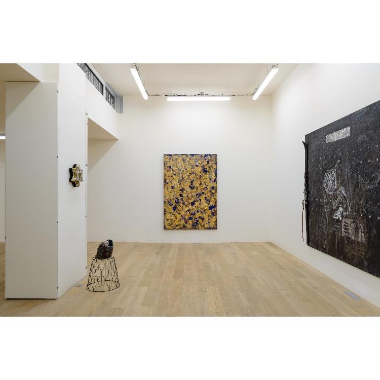"""Vue de l'exposition """"Nomos - Christian Paraschiv"""" avec de gauche à droite : «Le noir est la couleur de langage», 1994, «Le noir est la couleur de langage», 2000, «Sans titre», 1988-93, «Le noir est la couleur du langage / La Chasse à la République», 1987. Photographie : © Grégory Copitet - Enseigne des Oudin"""