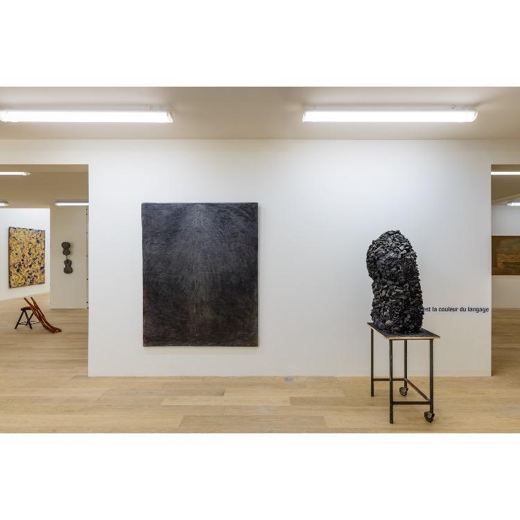 """Vue de l'exposition """"Nomos - Christian Paraschiv"""" avec : «Le Devoir II»,1988, «Le noir est la couleur du langage». Photographie : © Grégory Copitet - Enseigne des Oudin"""