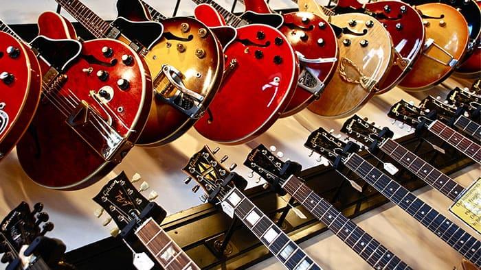 """Image de guitares pour l'article """"Apprendre À Jouer De La Guitare Seul"""""""