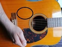 """Zone de la guitare à frapper pour l'article """"Apprendre Le Fingerstyle"""""""