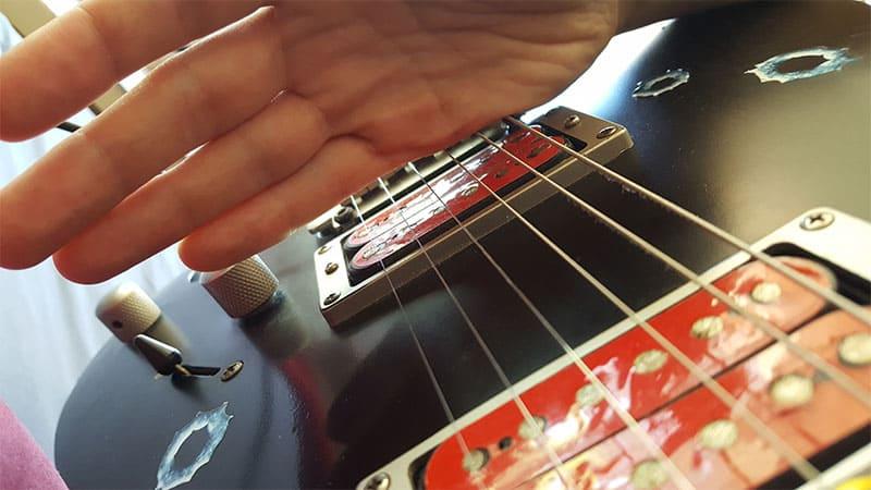"""Photo de la position de la main en palm mute pour l'article """"Jouer En Palm Mute À La Guitare"""""""
