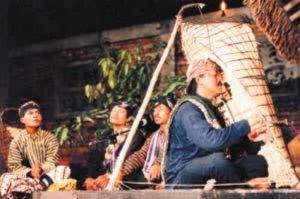 Barnawi memainkan musik etnik Bundengan - Kowangan bersama kelompoknya dari Wonosobo