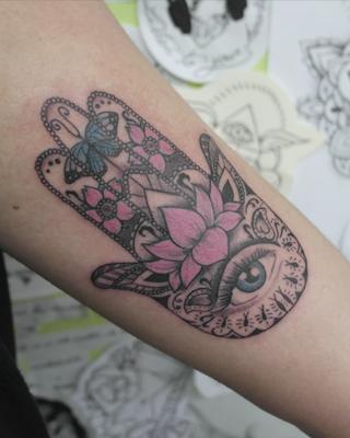 Tatuaje Mano De Fátima Con Flor Rosa En Su Tinta Estudio