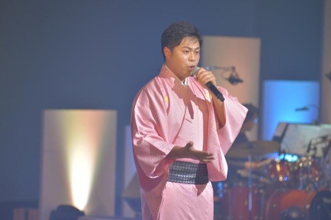 作業着を着た演歌歌手・木川尚紀が地元凱旋!「デビューコンサート~泥だらけの勲章~」開催!