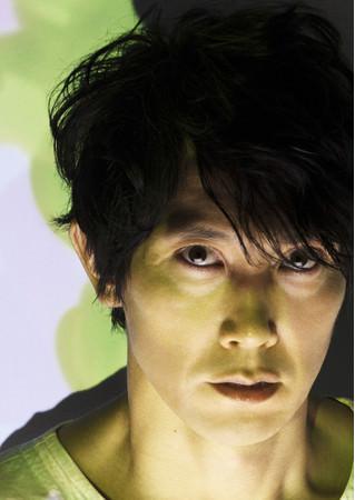 佐々⽊蔵之介が20⼈の登場⼈物を演じた「マクベス」をWOWOWで放送決定!