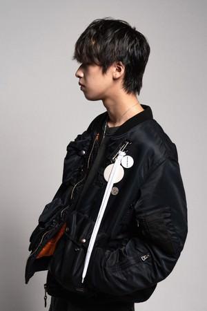 R&B/HIPHOPシーン最注目のヒップホップユニットBleecker Chromeから、天性の歌声を持つ19歳のシンガー藤田織也がソロデビュー!1st single「ALL MINE」をリリース。