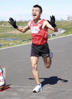 猫ひろし(43)が強風の中2時間31分53秒の好記録で優勝!!