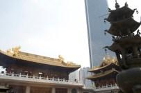 Alt und neu: Jingan Temple im Vordergrund
