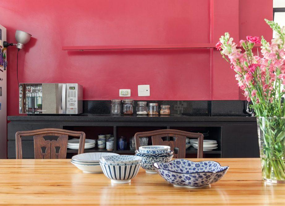 decoracao - parede rosa e tons de madeira