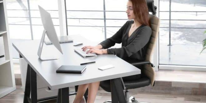 buena postura en el trabajo, recomendaciones para una buena postura frente al computador, importancia de una buena postura frente al computador, posturas ergonomicas en la oficina, beneficios de una buena postura frente al computador, beneficios de una buena postura corporal