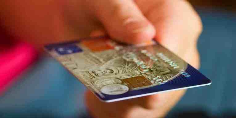 tarjeta de debito, desventajas de tarjeta de crédito, problemas con las tarjetas de débito, como protegerse de fraudes bancarios, como evitar fraudes con tarjetas de crédito, robo de informacion de tarjeta de credito