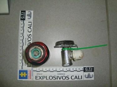 Dos hombres detenidos en la vía pública esta madrugada arrojan artefacto explosivo.