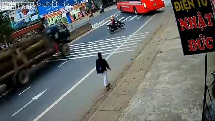 Imprudencia de un conductor causa un aparatoso accidente de tránsito