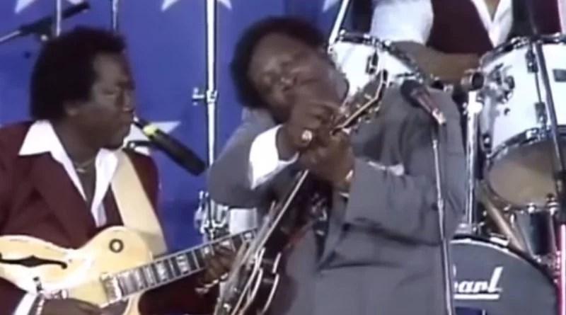 B.B. King cambia una cuerda reventada de su guitarra sin detenerse en pleno concierto
