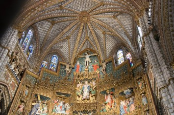 The vaulted ceiling above the retable