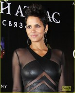halle-berry-cloud-atlas-moscow-premiere-photo-call-02