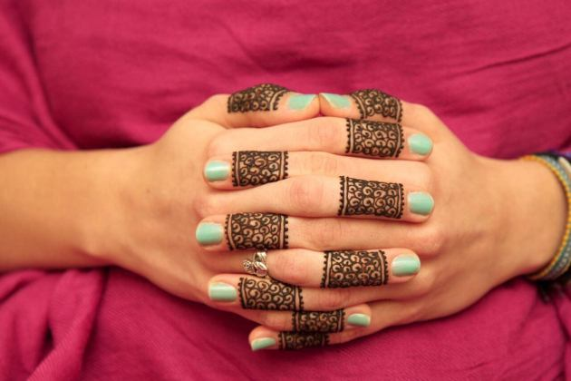pretty ring style mehndi designs on fingers