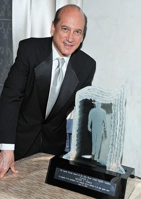 Michael Sitrick accepting Duke Award at John Wayne Cancer Clinic event