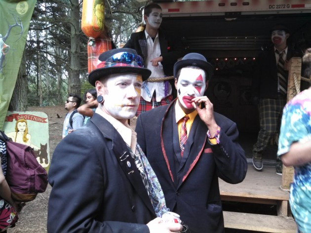 Roving carney and minstrels were found between the main music stages. (photo by Brad Auerbach)