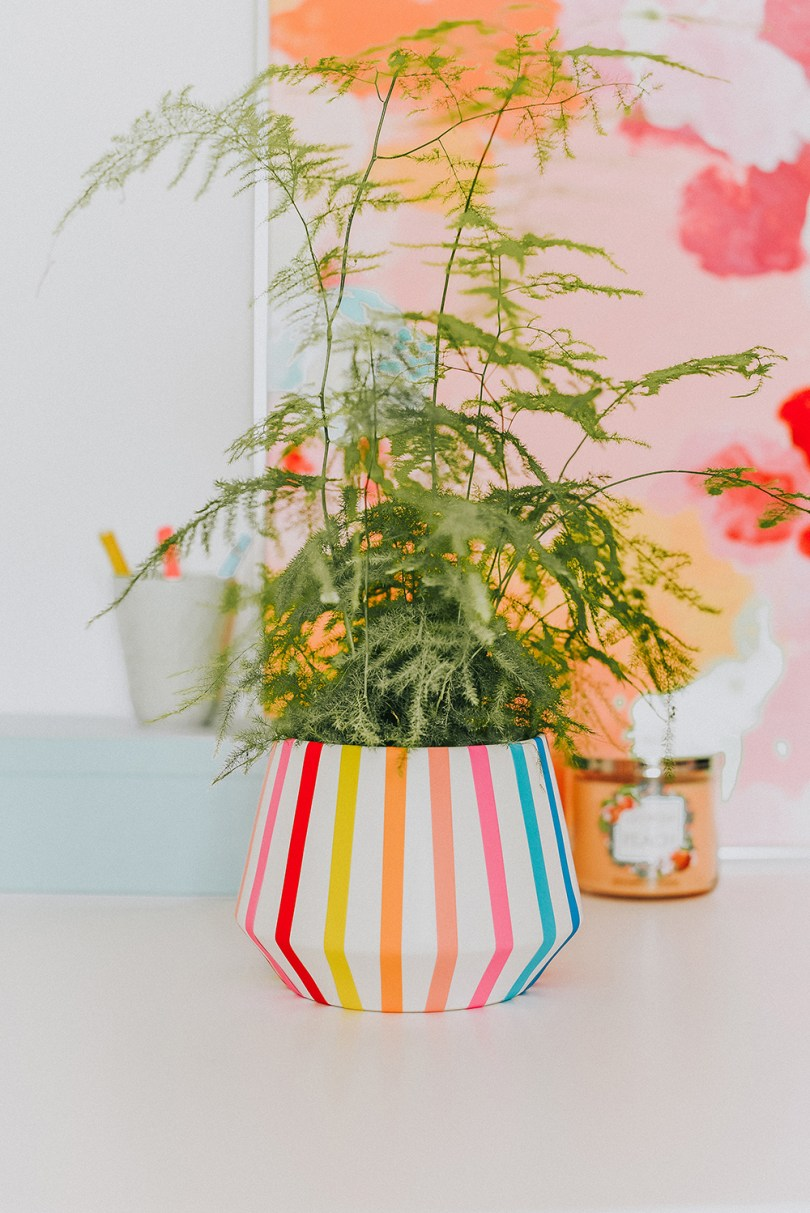 Give your planter a new life by transforming it into this summer striped planter in just 5 minutes.