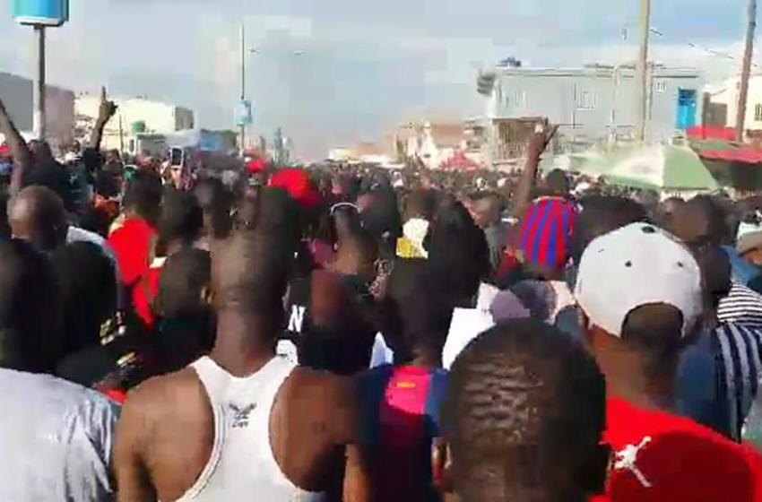 [VIDEO] Angolan stones Nigeria man to death insisting they don't want foreigners in there country