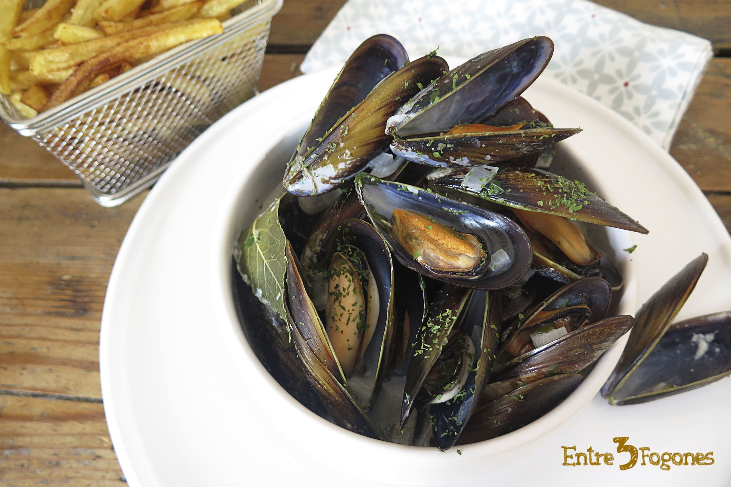 Photo of Mejillones con Patatas Fritas. Moules-frites