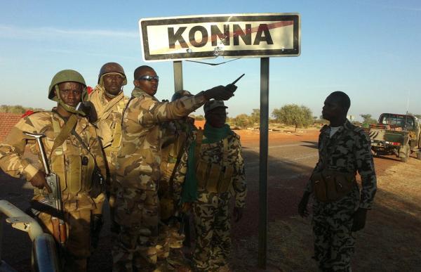 Soldados malienses sellan la entrada a la región de Konna. / Defense