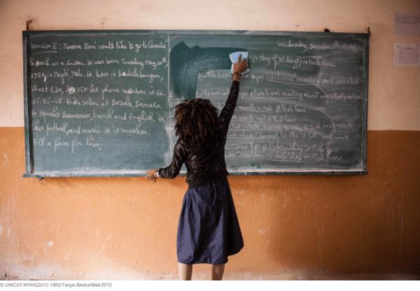 Una niña limpia una pizarra de su escuela, en Bamako, la capital de Malí./ UNICEF