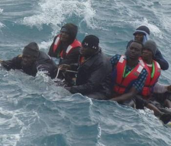 Salvamento marítimo rescata a unos migrantes en una balsa en el estrecho. / S.M