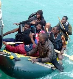 Varios migrantes en una patera en el Atlántico. / S.M