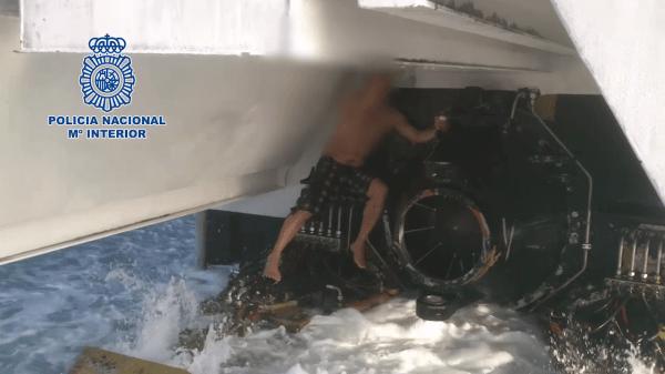 Fotografía del hombre entre las hélices del ferry Tanger-Tarifa. / Policia