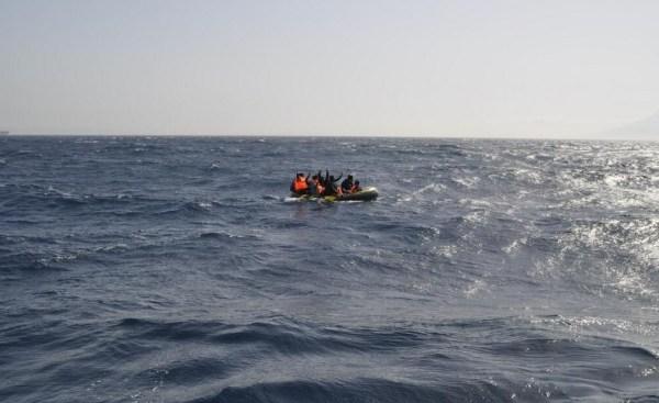 Balseros subsaharianos frente a las costas de Tarifa. / S.M