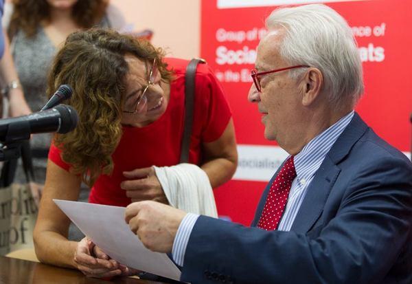 Un representante de CEAS-Sahara entrega el documento a líder de los socialistas europeos. / J.Z