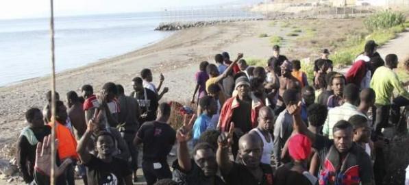 Inmigrantes en la frontera del Tarajal de Ceuta. / Twitter