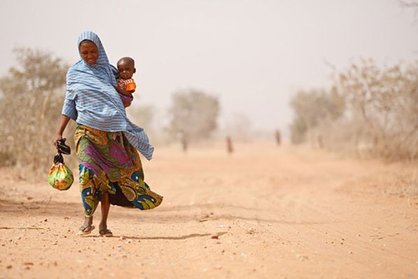 Un mujer recoge agua en un punto de Níger. UNICEF/Olivier Asselin