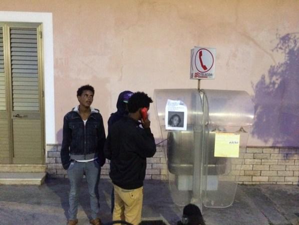 Migrantes eritreos llaman a sus familiares en la isla de Lampedusa. / S. R