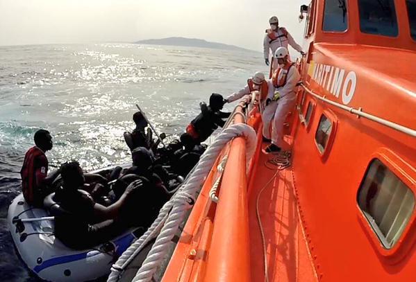 Salvamento Marítimo rescata a 11 personas de una patera localizada esta mañana a 23 millas al suroeste de Tarifa