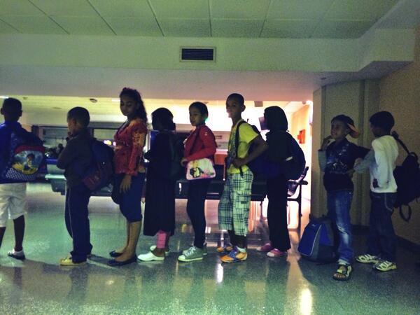 Los menores recién llegados de los campos saharauis de #Tindouf pasan control de pasaporte. /S.M