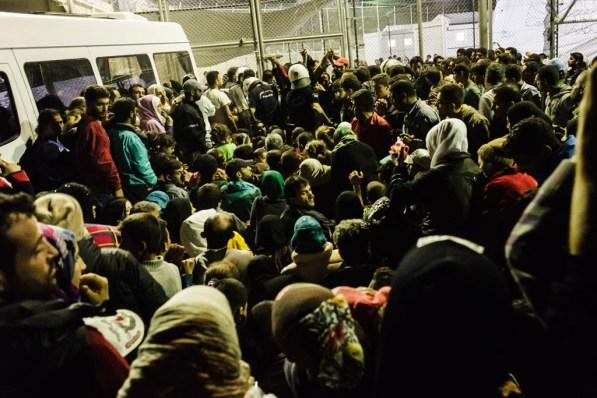 Refugiados esperan en un centro de acogida. / ACNUR