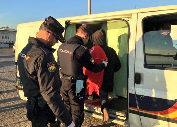 migrantes son detenidos por la policia española en Málaga