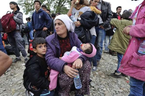 Una mujer con sus hijos busca refugio en la frontera de la ex República Yugoslava de Macedonia y Grecia. Foto: ACNUR/Mark Henley