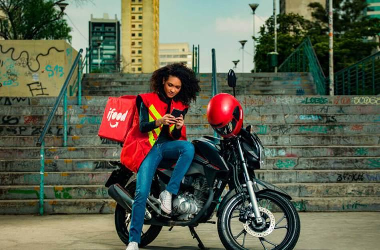 Entregadora em cima da moto