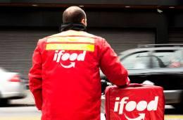 Entregador usando jaqueta e mochila do iFood
