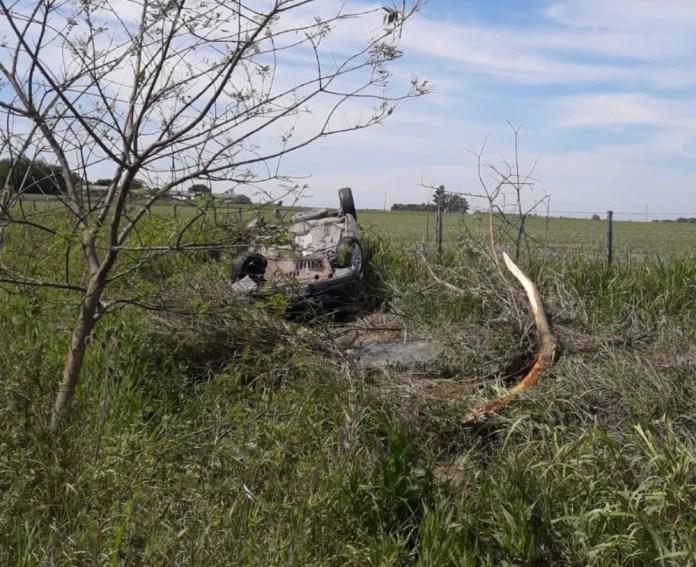 Tres personas iban sobre un vehículo que sufrió un vuelco a siete kilómetros de Seguí. Ocurrió sobre la Ruta 35.