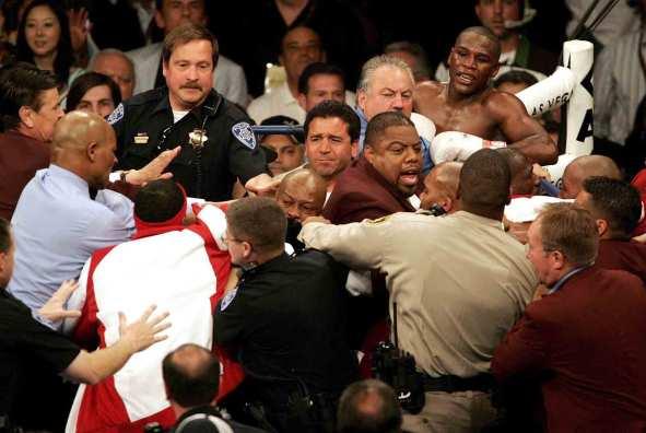 trifulca en la pelea mayweather contra judah que tuvieron que separar la policía en combate de boxeo