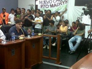 """14 de Noviembre de 2012, los vecinos del """"Nuevo Chubut"""" de manera espontanea se acercaron al Concejo Deliberante para increpar a concejales."""